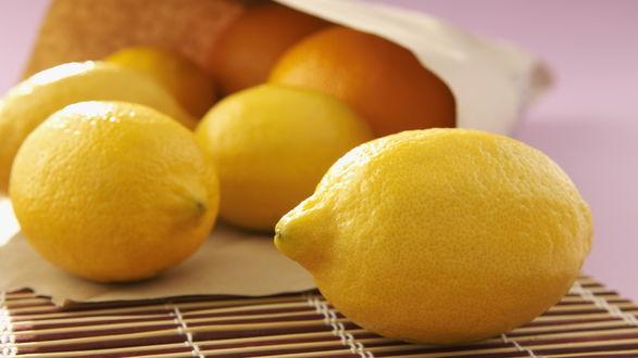 Обои Лимоны высыпались из пакета