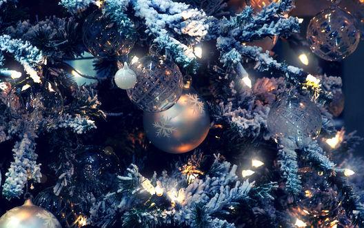 Обои Новогодняя ёлка ,украшенная игрушками и гирляндой
