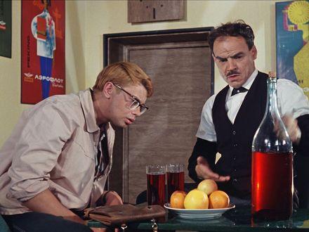Обои Шурик из фильма «Кавказская пленница» готовиться слушать тосты, под красное вино и яблоки