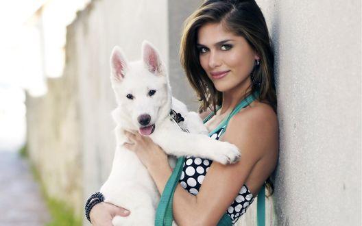 Обои Модель Анахи Гонсалес / Anahi Gonzales с очаровательным белым щенком на руках