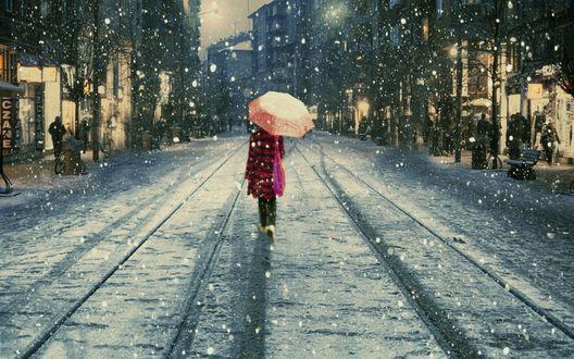 Обои Девушка с зонтом идёт по дороге в снегопад
