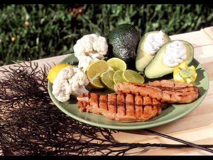 Обои Рыба барбекю, гарнир-лимон, авокадо, наполненные сливочным кремом и цветная капуста