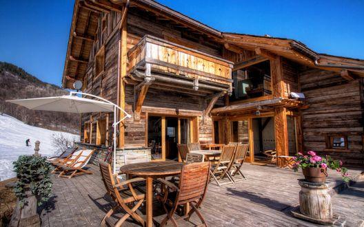 Обои Деревянный домик в горах