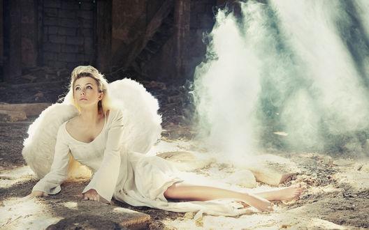 Обои Ангел упавший с небес лежит на земле
