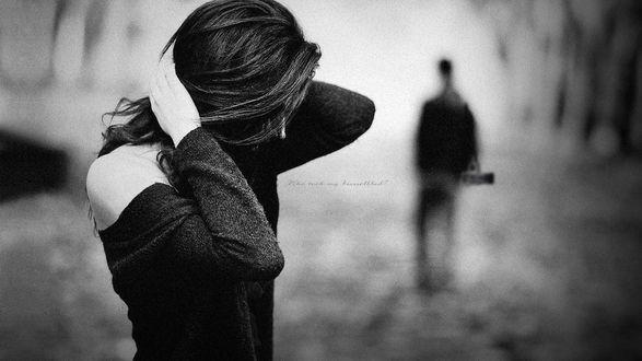 Обои Гарусная девушка стоит на фоне уходящего парня (Who took my Hasselblad?)