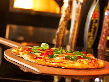 Обои Свежая сырная пицца с зеленью с пылу-жару