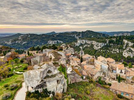 Обои Панорамный вид на  Ле-Бо-де-Прованс / Les Baux-de-Provence - одно из самых живописных и популярных среди туристов селений Прованса, расположенное у развалин замка Бо на скалистом кряже Малых Альп, Франция
