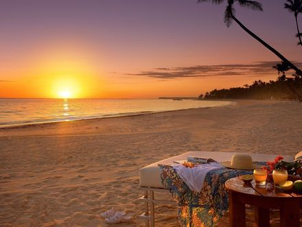 Обои Романтический завтрак на двоих ранним утром на пляже под пальмами