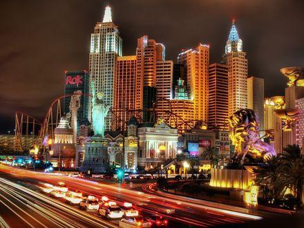 Обои На фоне зданий Las Vegas / Лос-Вегаса видны Капитолий, Статуя Свободы, лев на постаменте