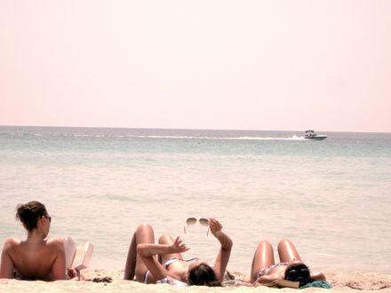 Обои Девушки загорают на пляже в Маями