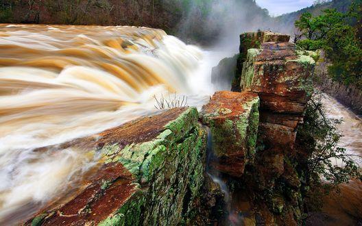 Обои Сильный поток воды стекает с грязью