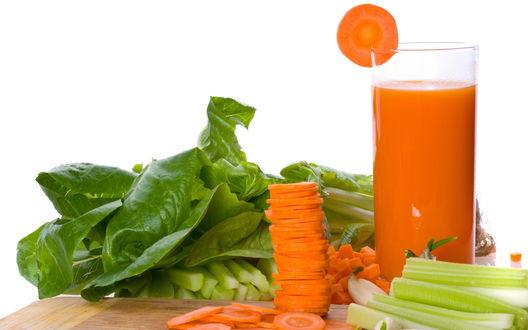 Обои Морковный сок, рядом  стебли и листья сельдерея