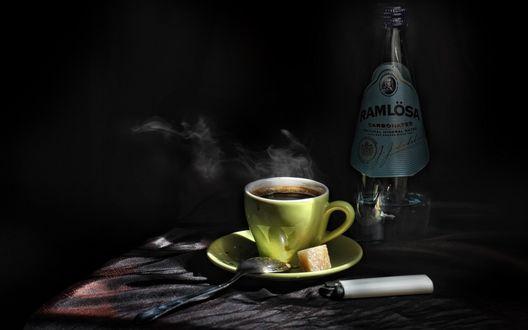 Обои Горячий дымящийся кофе и минеральная вода в бутылке (Ramlosa carbonated)