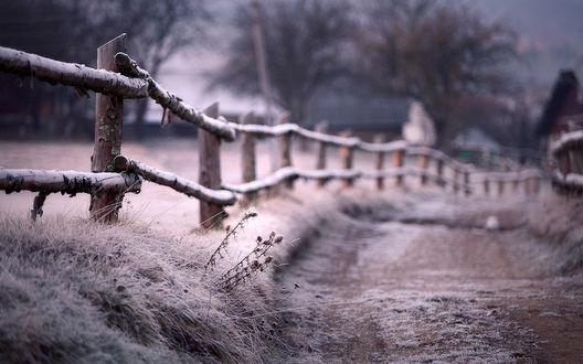 Обои Забор стоит у дороги усыпанной снегом