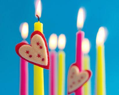 Обои Цветные зажженные свечи с сердцами