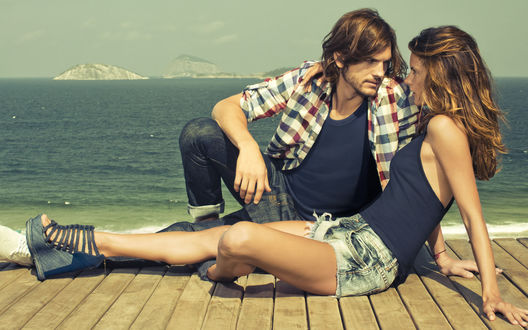Обои Эштон Катчер / Ashton Kutcher и Александра Амбросио / Alessandra  Ambrosio на причале возле моря