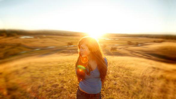 Обои Девушка в поле под лучами солнца