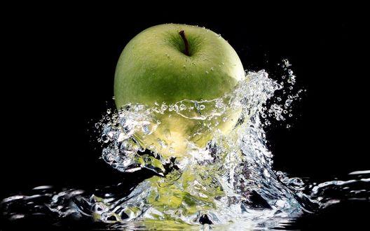 Обои Брызги от упавшего яблока в воду
