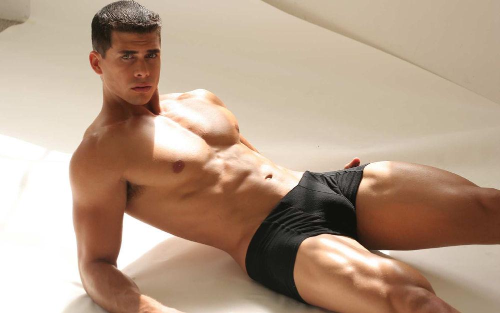 парень в черных трусах фото