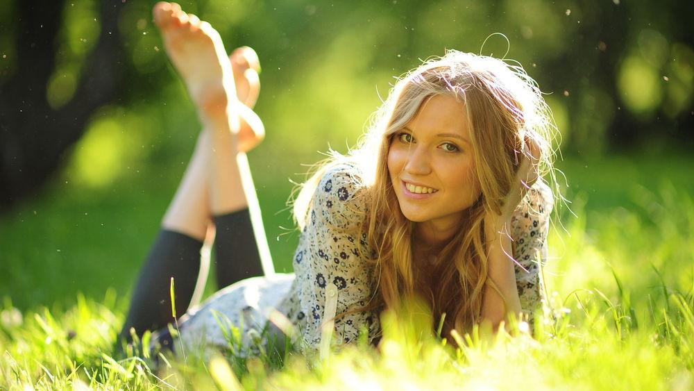 фото девушки на траве