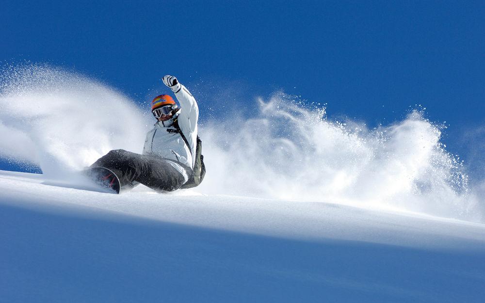 Обои для рабочего стола Сноубордист спускается с горы