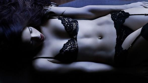Обои Бразильская супермодель Адриана Лима / Adriana Lima в черном ажурном белье в полумраке