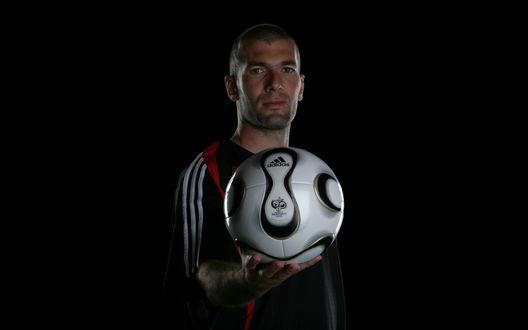 Обои Зинедин Зидан / Zinedine Zidane с футбольным мячом (Adidas)