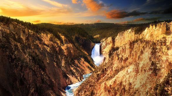 Обои Водопад течёт среди горы и сзади открывается красивый вид на лес