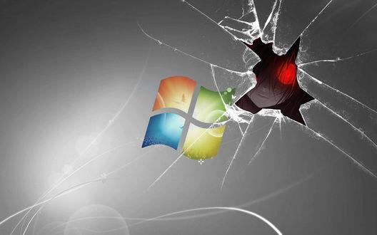 Обои Через трещину в разбитом экране windows выглядывает жуткая девушка со светящимся красным глазом измазанная в крови