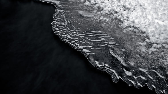 Обои Лёд на тёмной воде