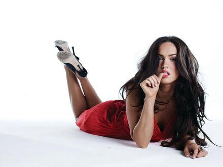 Обои 'Обои Меган Фокс / Megan Fox лежит на полу в красном платье'