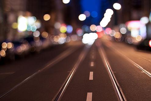 Обои Размытая улица с рельсами в городе