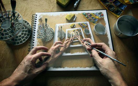 Обои Руки художника с кистью над нарисованной картиной на которой руки художника над нарисованной картиной и так далее, вокруг краски и кастрюля с водой