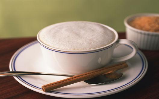 Обои Кофе с белой пенкой и палочками корицы