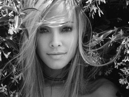 Обои Актриса Кристанна Локен / Kristanna Loken между цветами