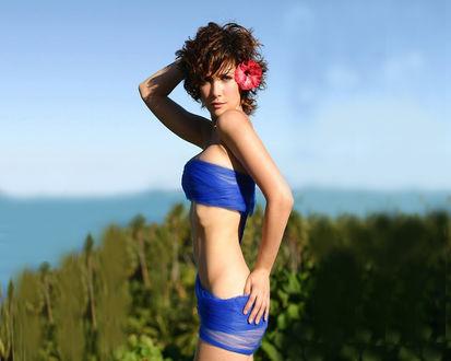 Обои Наталия Орейро /  Natalia Oreiro позирует на фоне неба и леса