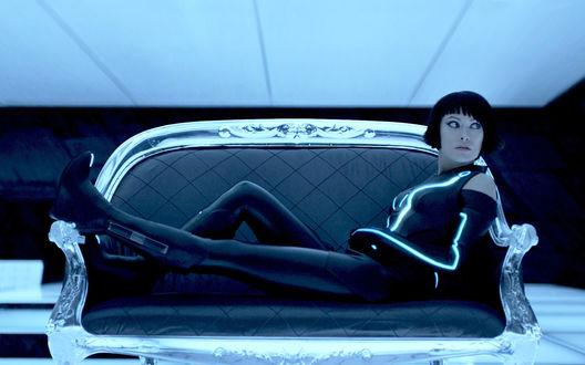 Обои Кворра / Quorra из фильма Трон: Наследие / Tron: Legacy на диване