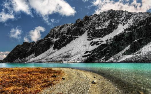 Обои Лазурная река протекает у подножья горы