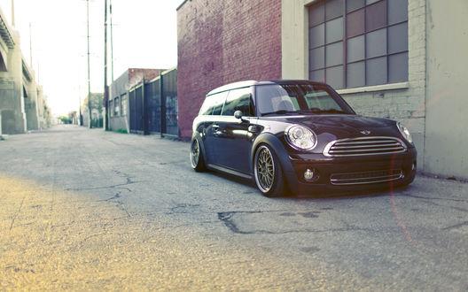 Обои Мини купер / MINI Cooper чёрного цвета стоит у окна