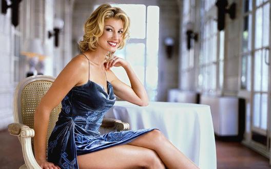 Обои Faith Hill / Фэйт Хилл в голубом платье сидит за белым столом