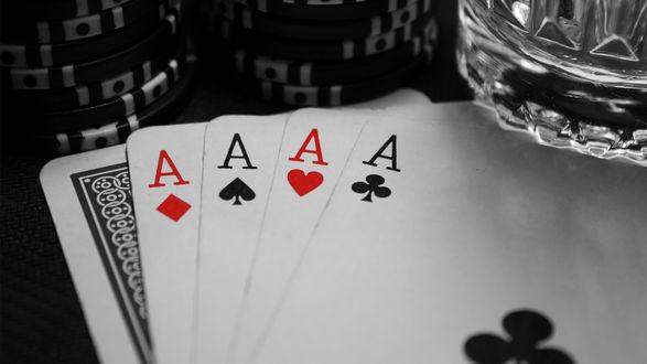 Обои Игра в карты, четыре туза на которых стоит стакан