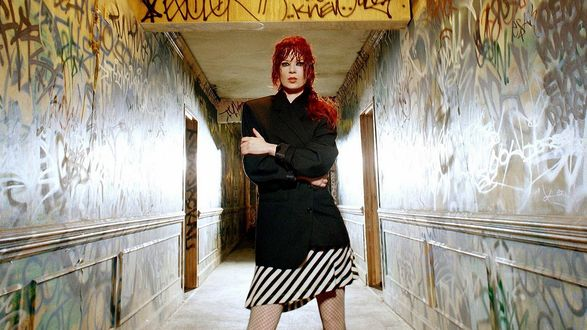 Обои Ширли Мэнсон / Shirley Manson стоит в корридоре изрисованном граффити, вокалистка группы Garbage
