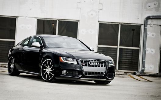 Обои Чёрное Audi / Ауди стоит у дома