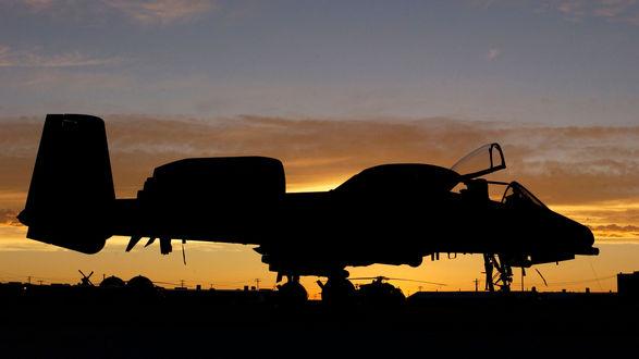 Обои Thunderbolt II / Удар молнии II на аэродроме на закате