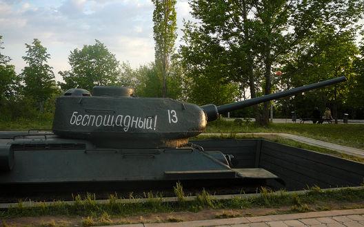 Обои Танк №13 с надписью Беспощадный в парке