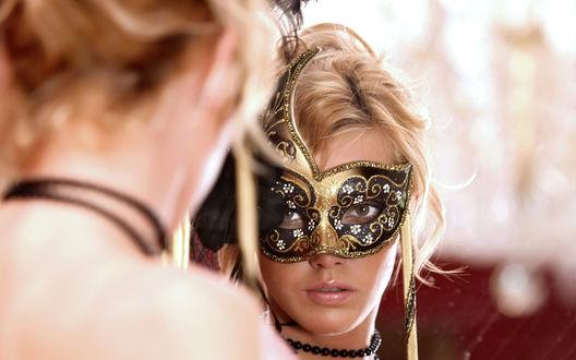 Обои Девушка в венецианской маске смотрит на свое отражение в зеркале
