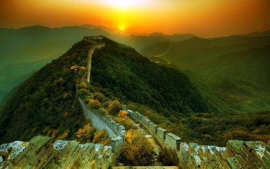 Обои Великая китайская стена уходит вдаль к яркому закату