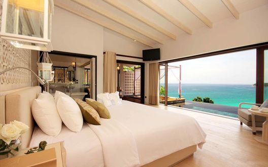 Обои Просторная спальня бунгало с видом на океан