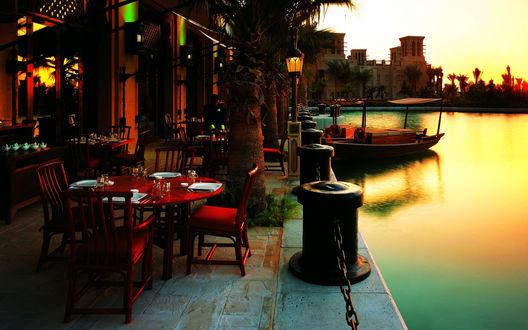 Обои Ресторанчик на пристани арабского города, закат окрасил водную гладь в нежные тона