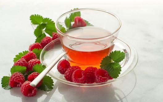 Обои Чай на блюдце, рядом лежит ложка, ягоды малины и листики мяты